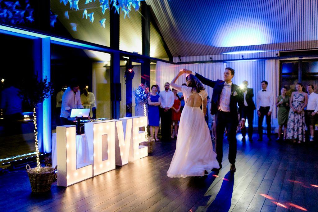 DJ Pius Neuner mit Brautpaar bei Hochzeitstanz im B&O Parkhotel Bad Aibling