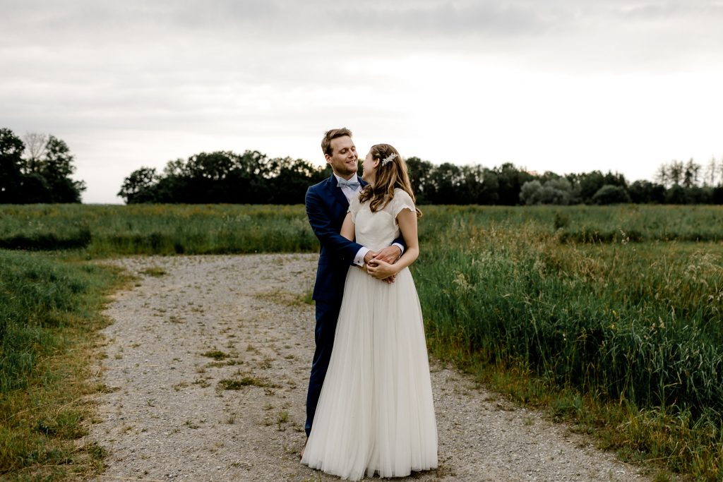 Hochzeitspaar auf Feldweg